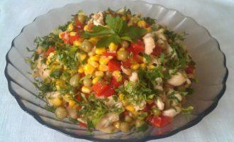Салат с курицей и консервированными овощами